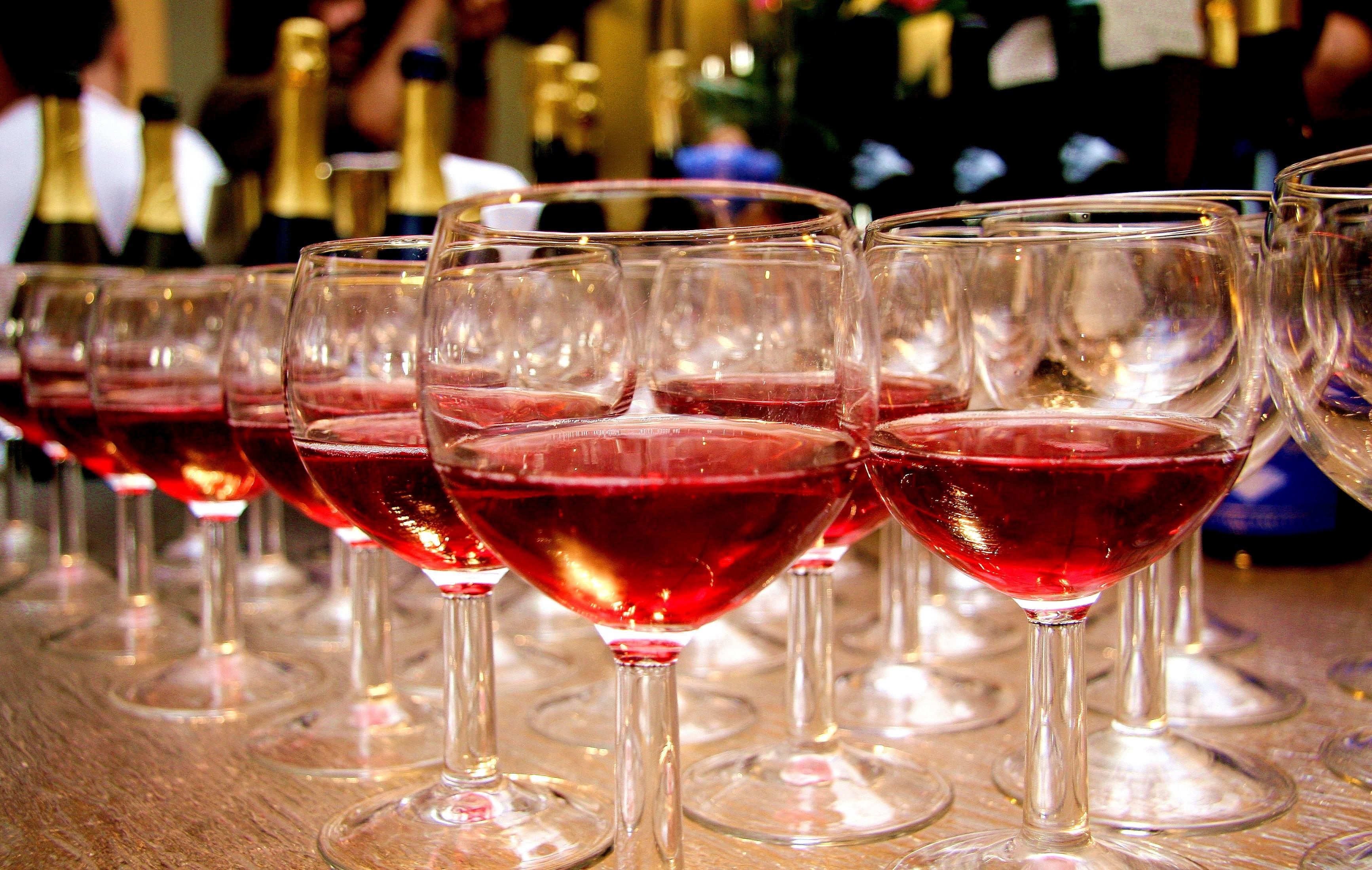 Заказать бутылку клубничного игристого вина